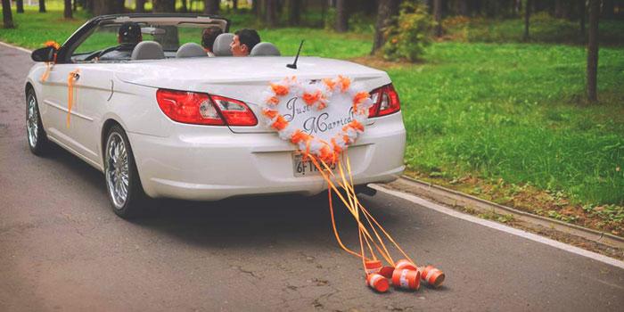 Банки за свадебным автомобилем